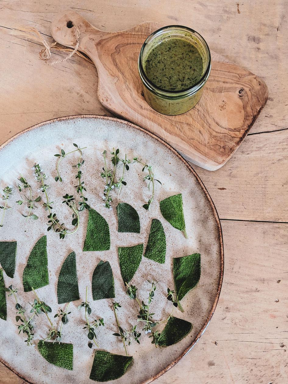 Grünes Pesto aus Gartenkräutern