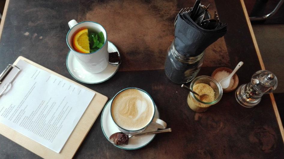 Minztee und Cappuccino Laura's Deli Düsseldorf