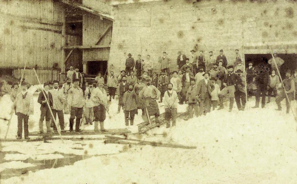 Récolte de la glace aux Glacières du Pont en 1881-1882. L'essentiel du travail se fait encore de manière artisanale. Le nombre des employés est impressionnant