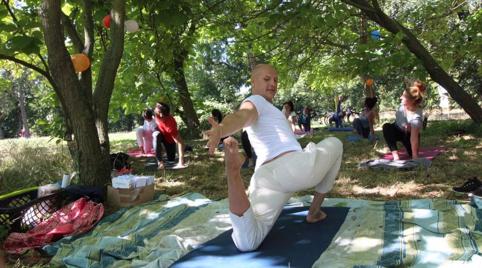 Alexander Rech bei einer Yoga-Einheit im Freien.