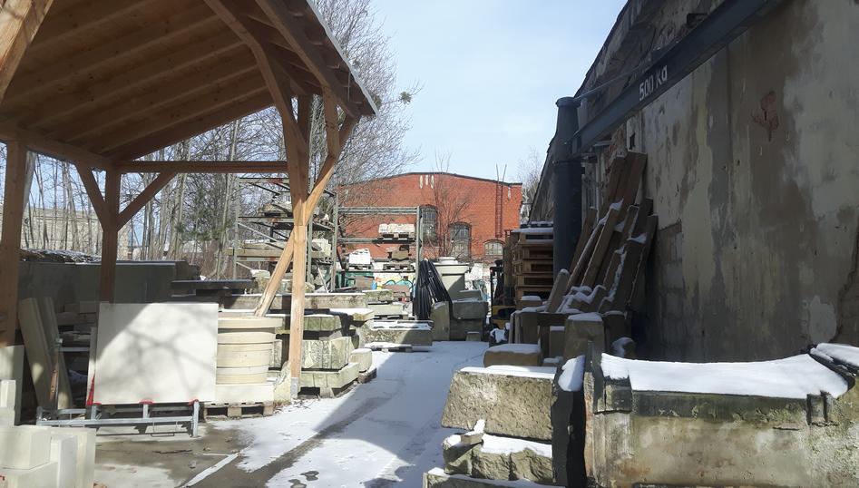 Steinmetz Werkstatt im Winter, auf den Rohplatten liegt Schnee
