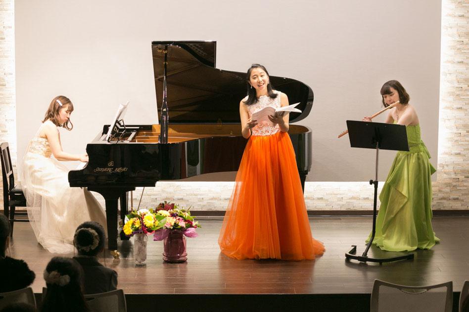はるピアノ教室の発表会で大学生のお姉さん達によるゲスト演奏している写真です