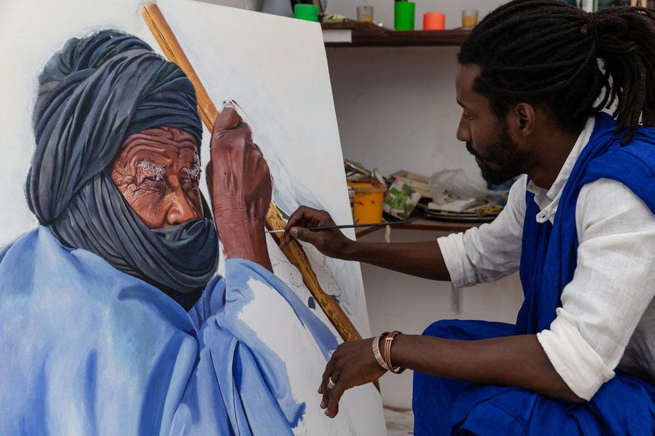 """Saleh Lo mentre dipinge """"Cheibani"""" - 2020, Acrilico e olio su tela 95 x 100 cm"""