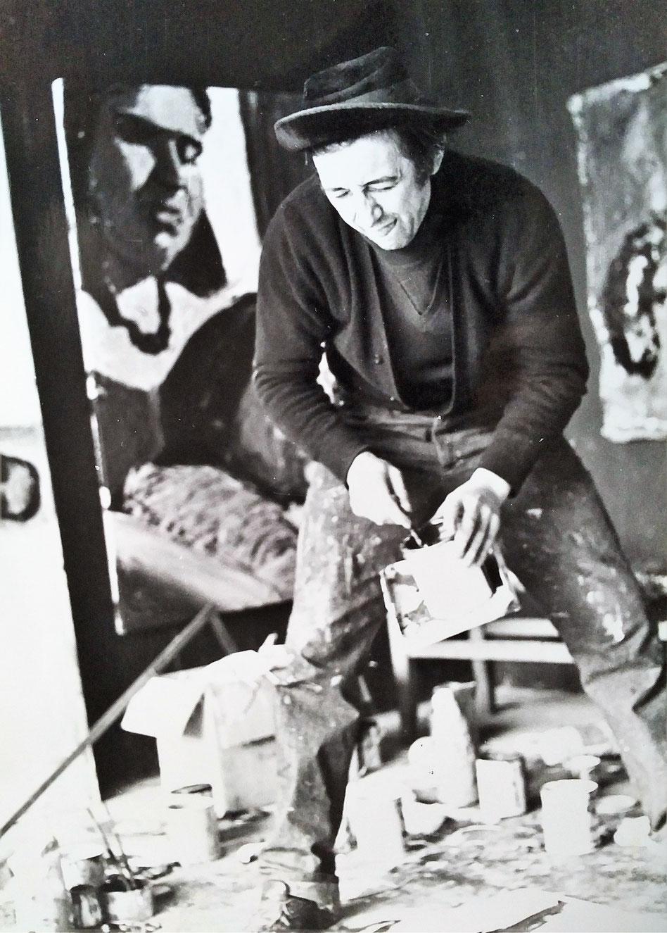 Marc Stockman dans son atelier de Couvron en 1980