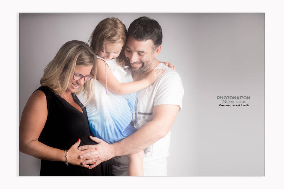 Séance grossesse en studio, les futures mamans sont ravies d'immortaliser ce moment si long et si court à la fois, papa se prête finalement toujours au jeu pour mon plus grand plaisir, Photonat'On photographe à Lucq de Béarn.