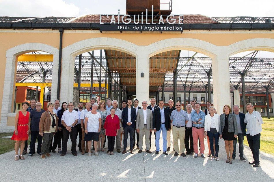 Le bureau communautaire devant l'Aiguillage, siège de l'agglomération, samedi 11 juillet.