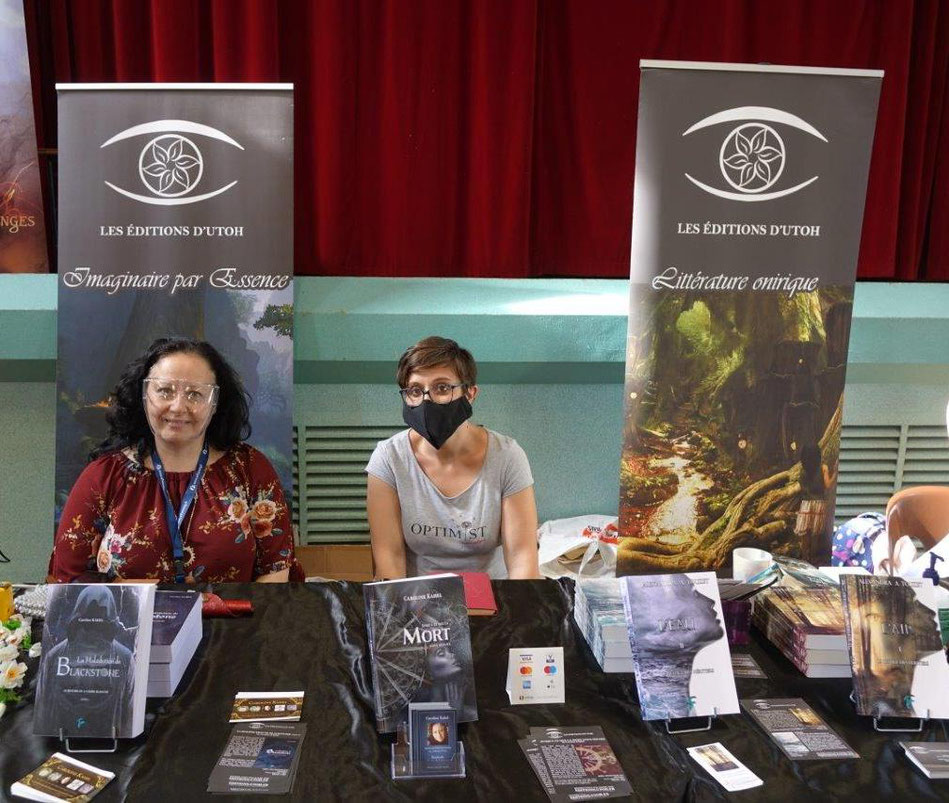 De gauche à droite : Caroline Kahel et Alexandra A. Touzet mettent en lumière les Éditions d'Utoh.