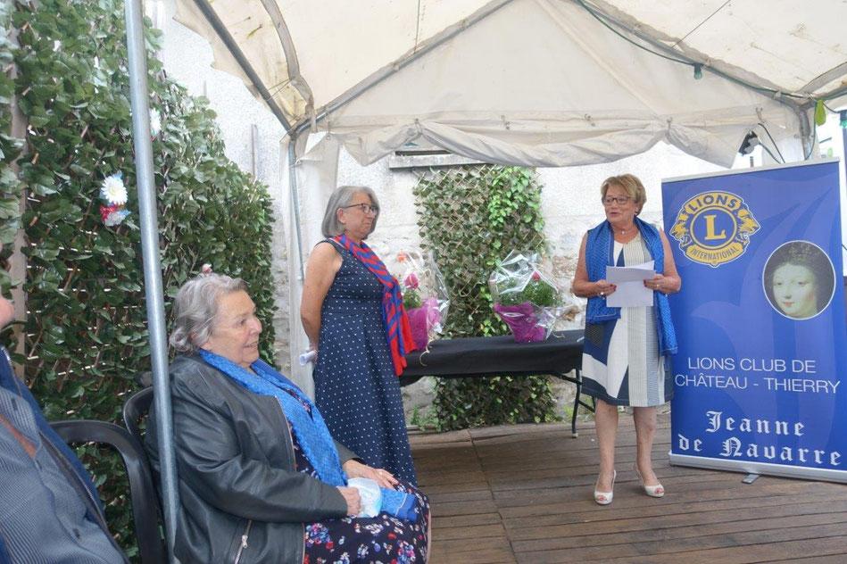 Marie-Claude Brême (foulard bleu et rouge) assure désormais la présidence du Lions Club Jeanne de Navarre.