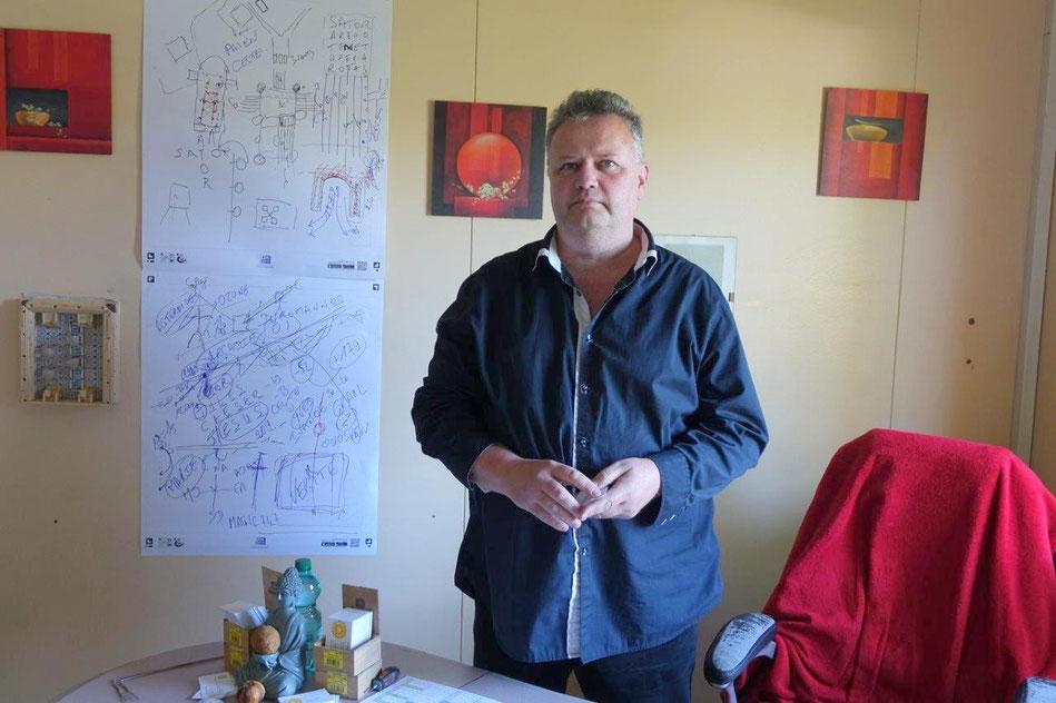Ingénieur en travaux publics de formation, magnétiseur, rhabdomancien (sourcier), Eric Barthelemy veut « faire avancer et bouger les somnambules ».