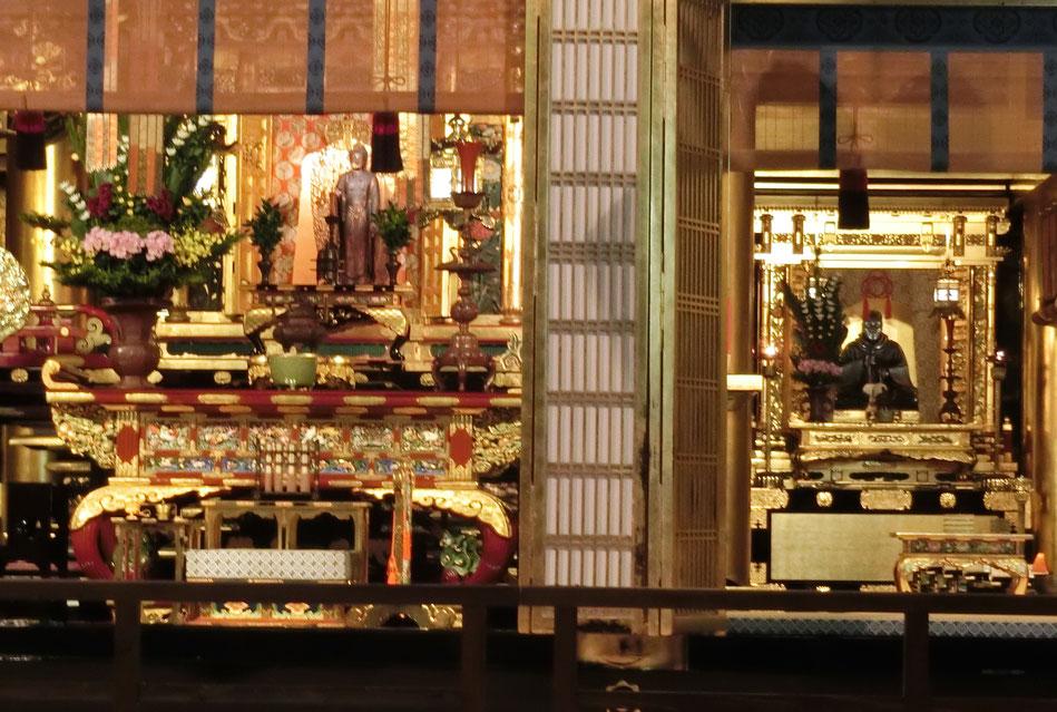 【本願寺の御影堂で、中央に阿弥陀仏像、脇に親鸞聖人像が安置されるレアな配置】