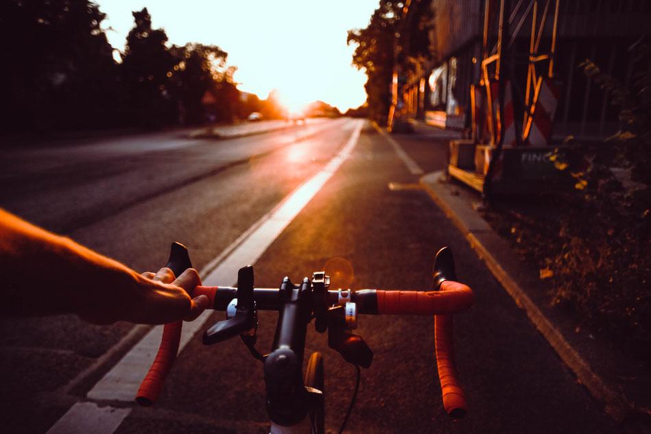 Fahrrad bei Sonnenaufgang  auf der Straße