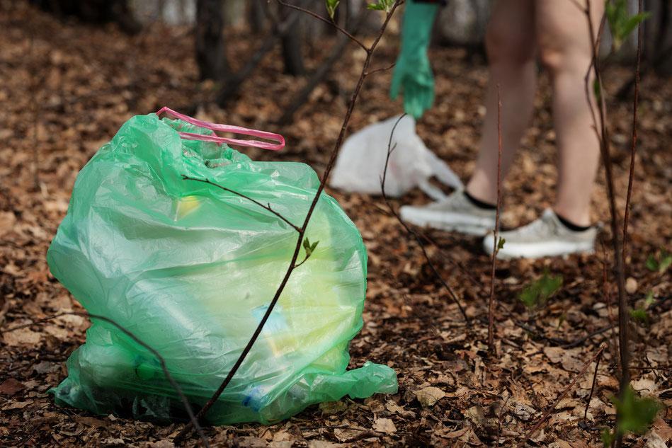 Richtig Müll trennen in Tüten beim Campen