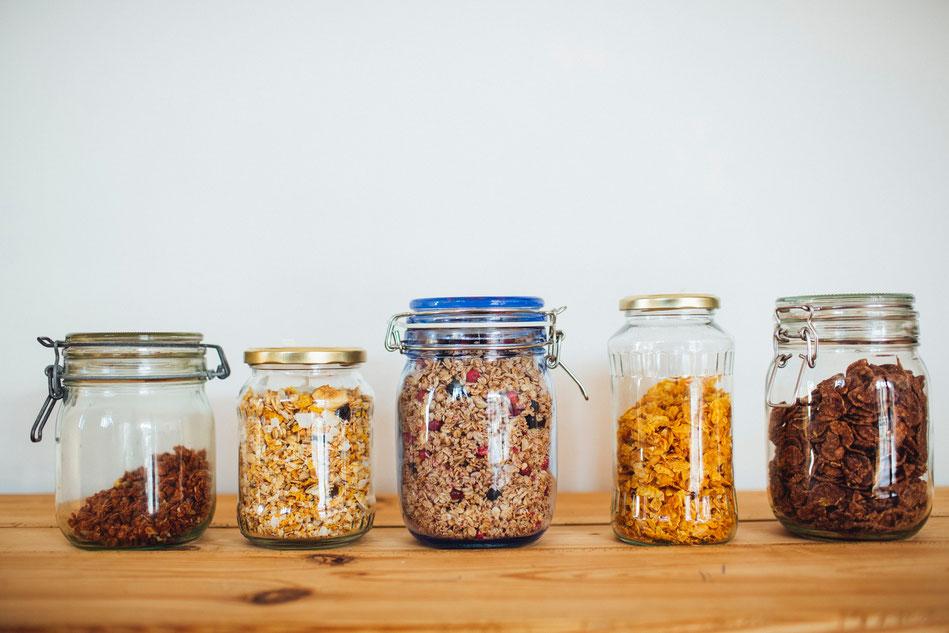 Verschiedene Cornflakes- und Müslisorten in Einmachgläsern