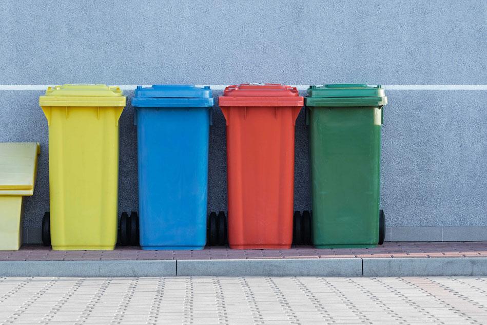 verschiedene Behälter für Mülltrennung in der Gastronomie