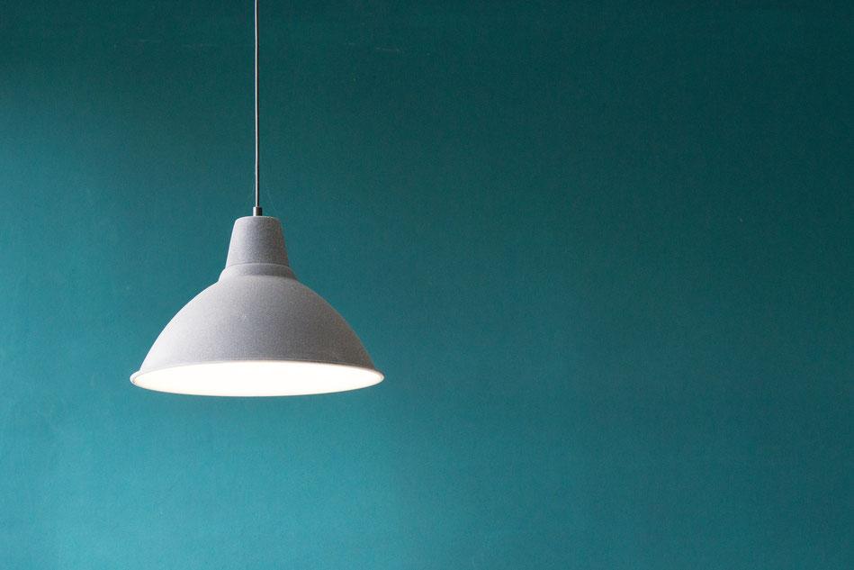 Energiesparlampe hängt von der Decke