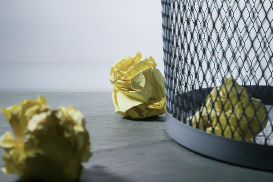 Papierkorb mit Papierbällen im Büro