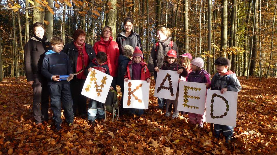 Mit Buchstaben aus Blättern bedanken sich die Waldhüpfer für eine finanzielle Unterstützung