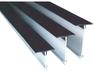 Perfiles pre moldeados de plástico que se colocan en el concreto fresco generando una junta de control que evita agrietamientos en pisos y pavimentos.