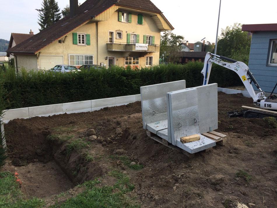 Stützmauer erstellen mit Winkelplatten und Terrain anpassung (Brüttelen)