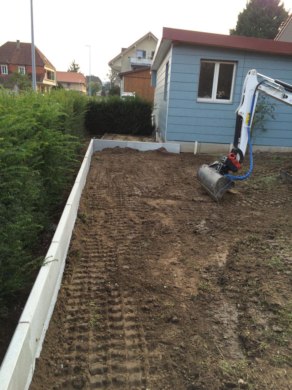 Stützmauer erstellen mit Winkelplatten und Terrain anpassen (Brüttelen)