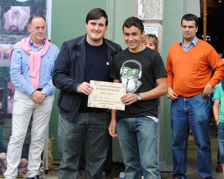 Carlos González, de la Cofradía Amigos del Gochu, hace entrega del primer premio a la mejor llabasca al representante de la ganadera Evangelina Álvarez