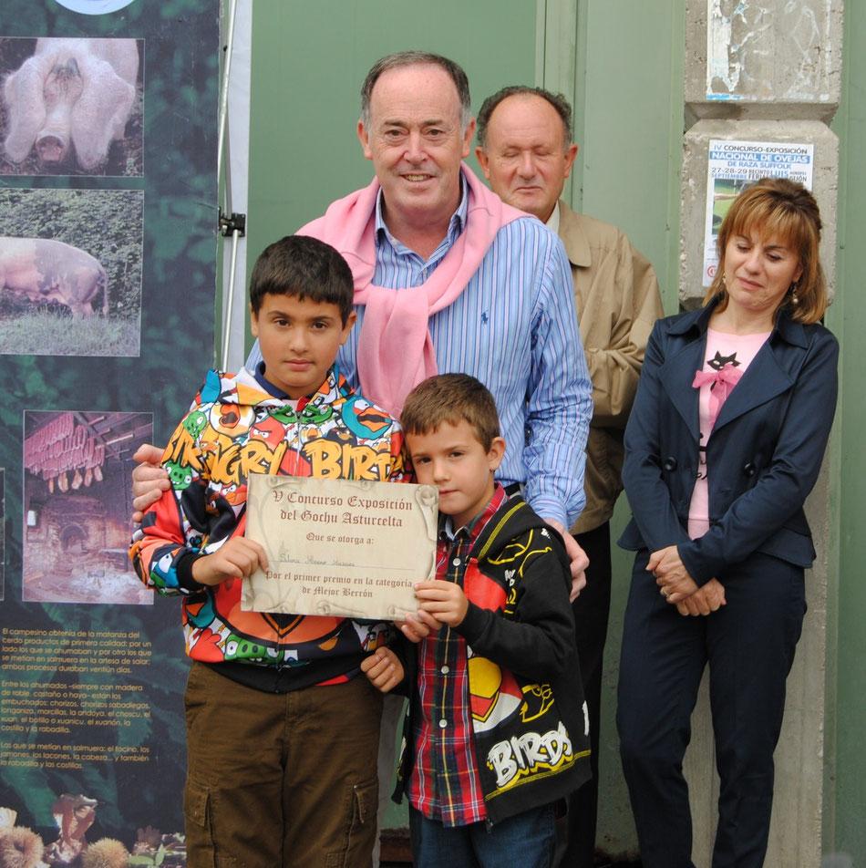 El alcalde de Siero, Martínez Llosa, posa con los hijos de la ganadera Silvia Merino que se llevó el premio al mejor berrón y el segundo premio al mejor rebañu