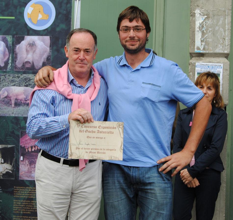 El alcalde de Siero, Martínez Llosa, posa con el representante de la ganadería de Aurea Ángela que se llevó el tercer premio al mejor berrón 2013