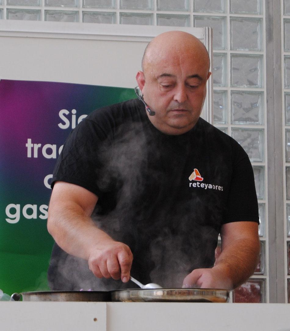 Ramón Celorio elaborando uno de los platos de gochu asturcelta