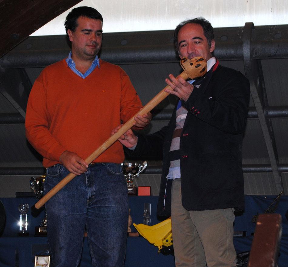 José Manuel Iglesias le hace entrega del galardón a José Antonio Campoviejo