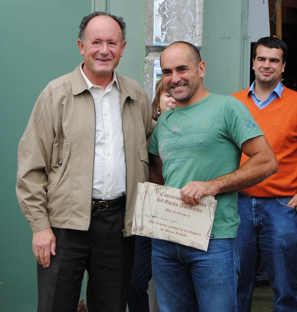 Alejandro Argamentería, juez del concurso y técnico del SERIDA, hace entrega del primer premio al mejor llabascu a Ignacio Ramos, que además se llevó el segundo premio a la mejor llabasca y el tercer premio al mejor rebañu