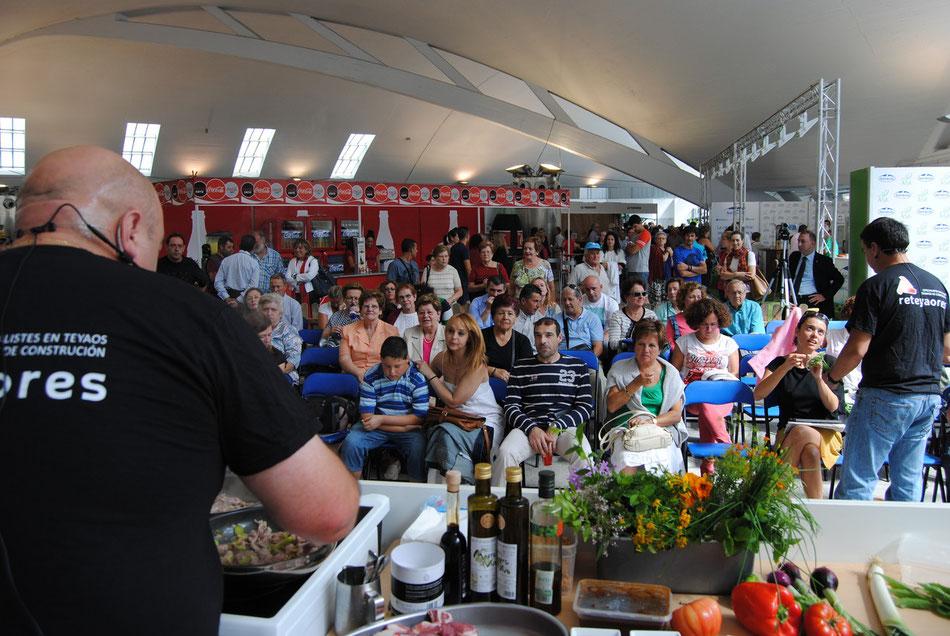 Ramón Celorio realizando el taller de cocina en vivo de gochu asturcelta