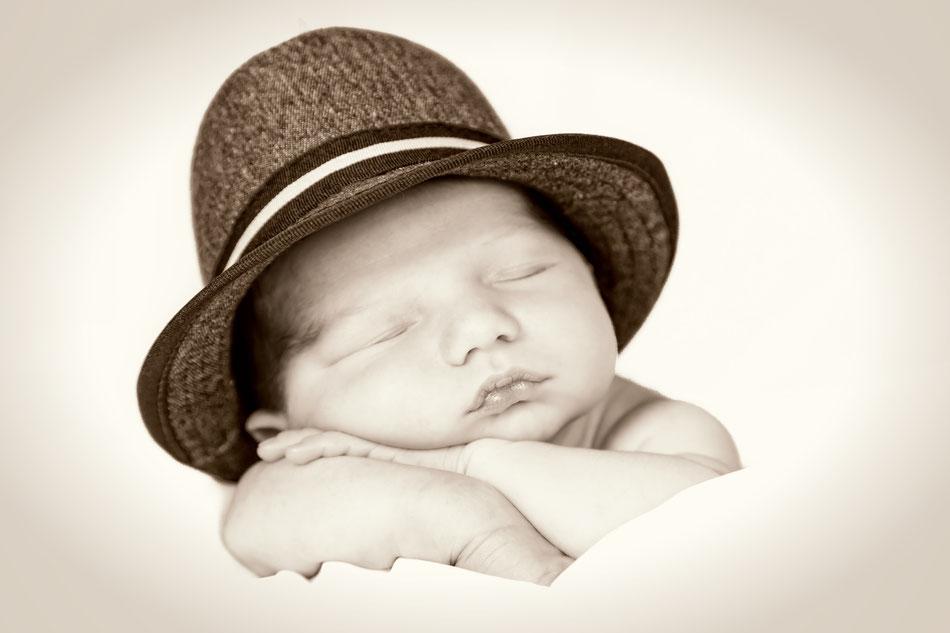 Babyfotos, Babyfotograf Bad Oldesloe, Neugeborenenfotografie, Newborn-Fotos Bad Oldesloe, Dennis Bober Debo-Fotografie.