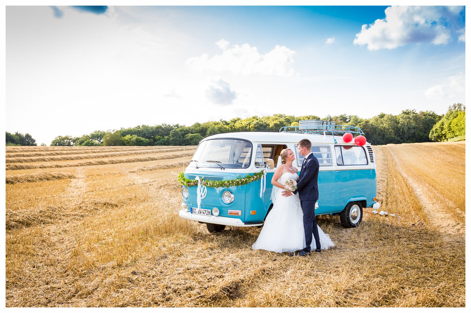 Hochzeitsfotos mit VW Bulli, Hochzeitsfotograf in Lübeck, Hochzeitsfotos und Hochzeitsreportage Dennis Bober Debo-Fotografie.