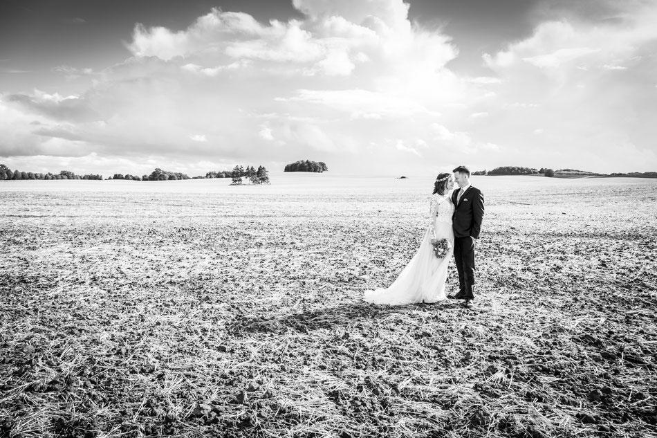 Hochzeitsfoto im Feld, Hochzeitsfotos Feld Schleswig Holstein, Hochzeitsbilder auf dem Feld, Hochzeitsfotograf Dennis Bober.