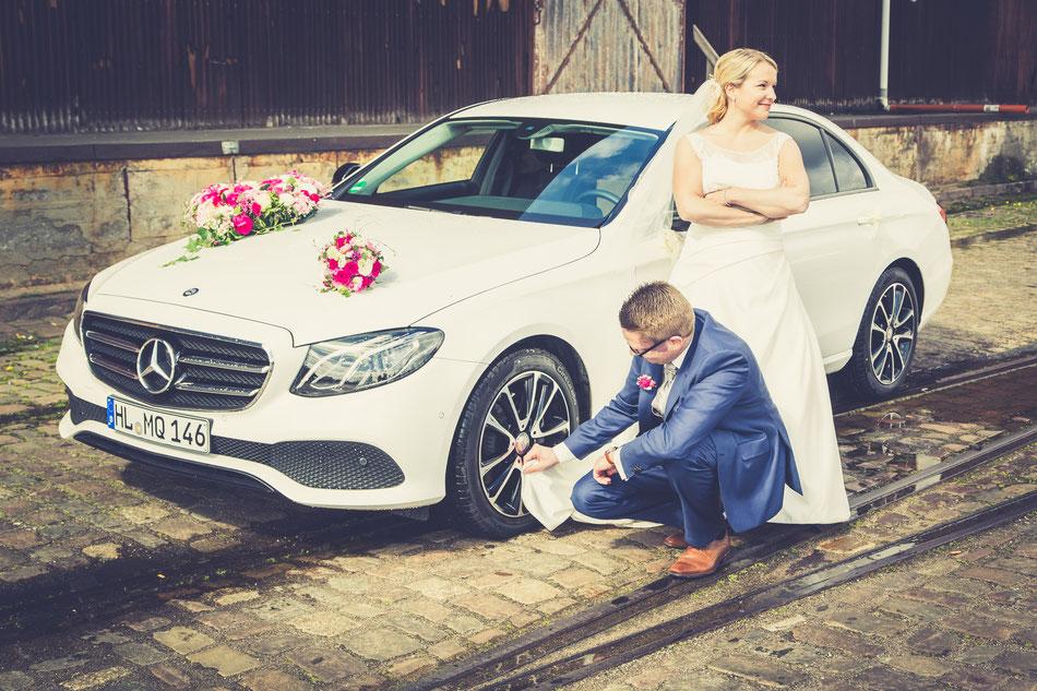 Hochzeitfotos beim  Autowaschen, Brautauto putzen Hochzeitsfotos Dennis Bober Hochzeitsfotograf Lübeck und Hamburg.