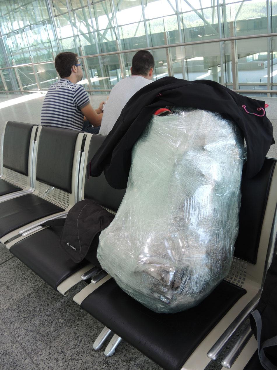 Mein Rucksack in Srumpffolie bereit zum einchecken.