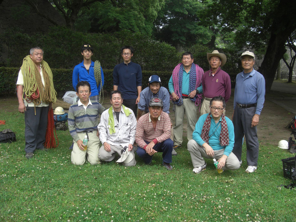 熊本城石垣の除草作業参加者