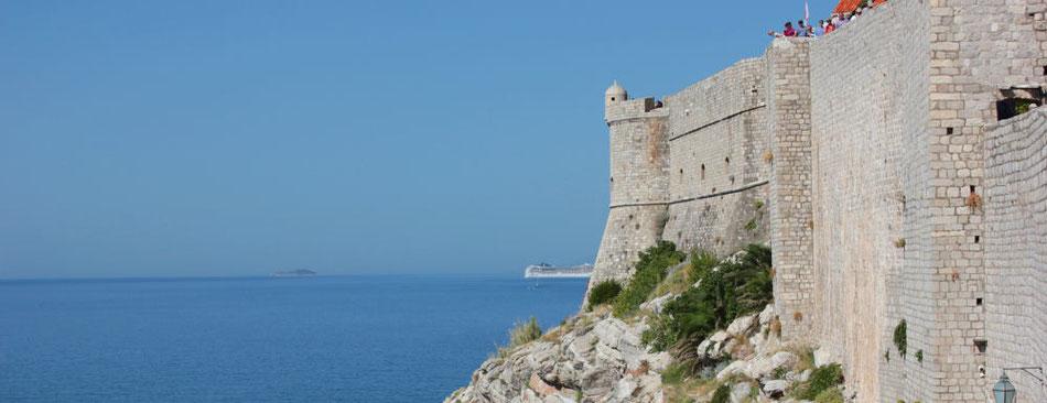 Die Stadtmauer von Dubrovnik im Sommer - Lifetravellerz.com