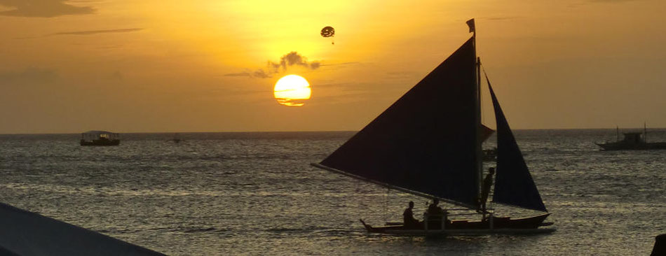 Segelboot vor einem Sonnenuntergang auf Boracay - Lifetravellerz.com