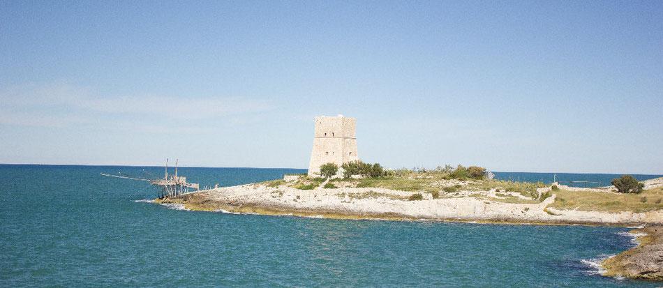 Turm am Meer in Gargano, Italien - Lifetravellerz.com