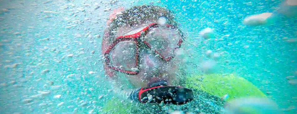 Schnorchler unter Wasser mit Luftblasen - Lifetravellerz.com