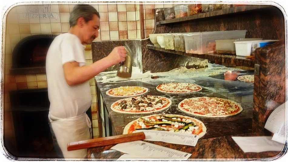 Pizzabäcker bei der Arbeit