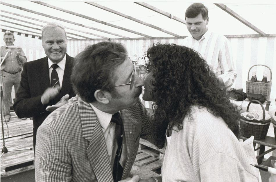 Gert bei der Siegerehrung mit Michéle Mouton, im Hintergrund v.l. Emil Umseher, Bruno Ruppel und Willi Häfele