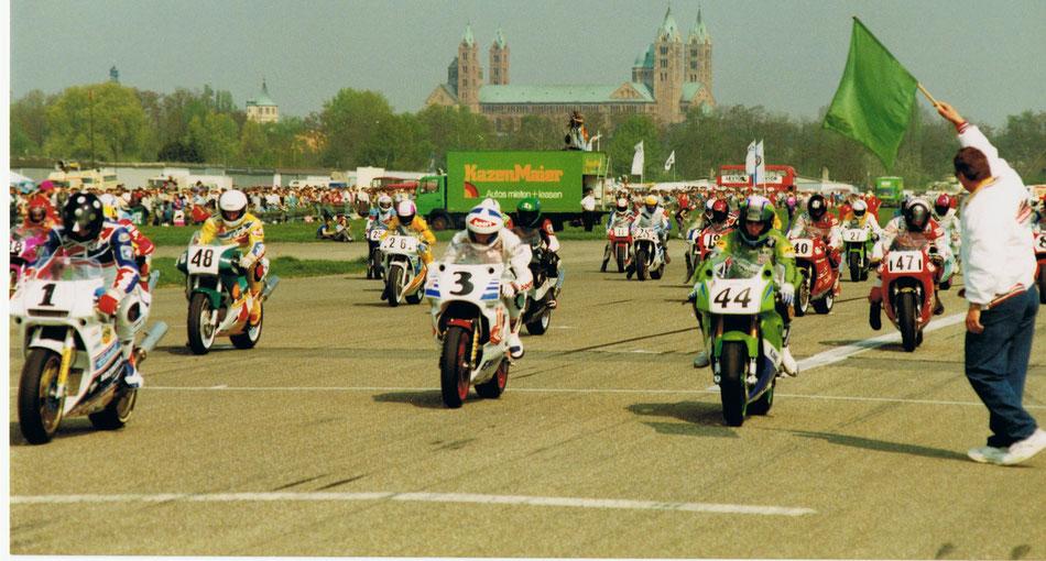 Der Rennleiter, startet das Superbike-Rennen, April 1991 in Speyer