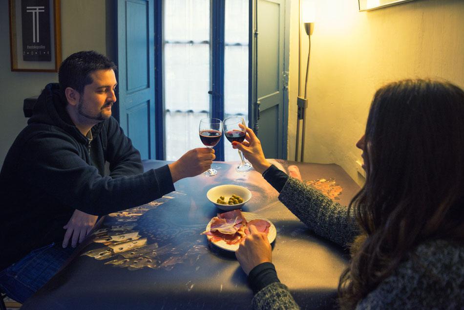 Dani y Yolanda estrenando mantel de lujo