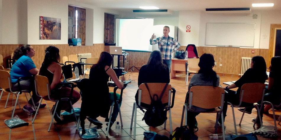 Impartiendo formación en un curso sobre servicio voluntario europeo