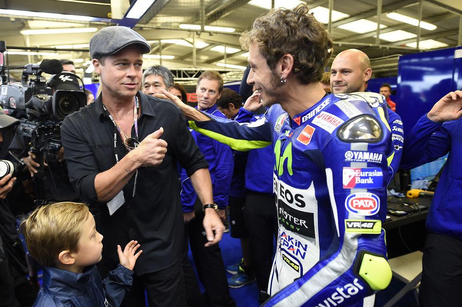 Da brannte für einen Tag mal richtig die Hütte in der MotoGP. Brad Pitt beim Besuch von Valentino Rossi in dessen Box 2015 in Silverstone.