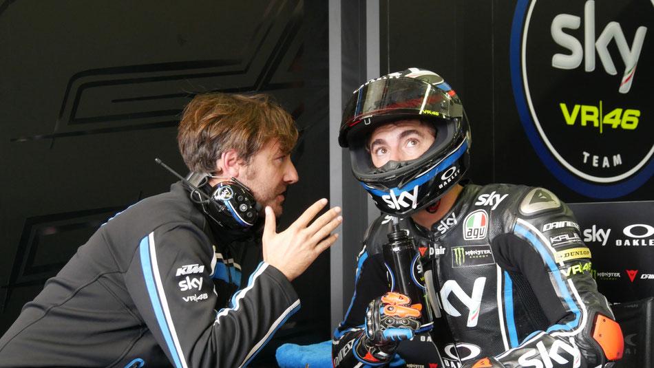 Pablo Nieto bespricht mit seinem Schützling Francesco Bagnaia vom Sky Racing Team die Taktik für die Ausfahrt