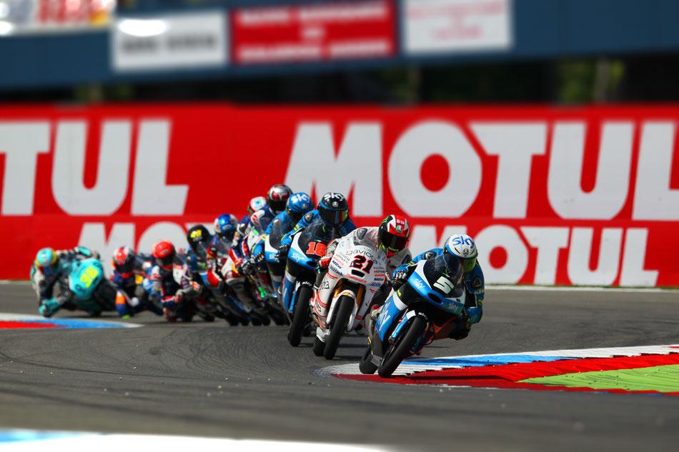 Die letzte Kurve eines Moto3 Rennens. Sehen wir hier vorne wirklich schon den Sieger? Sicher ist das in dieser Klasse nicht.