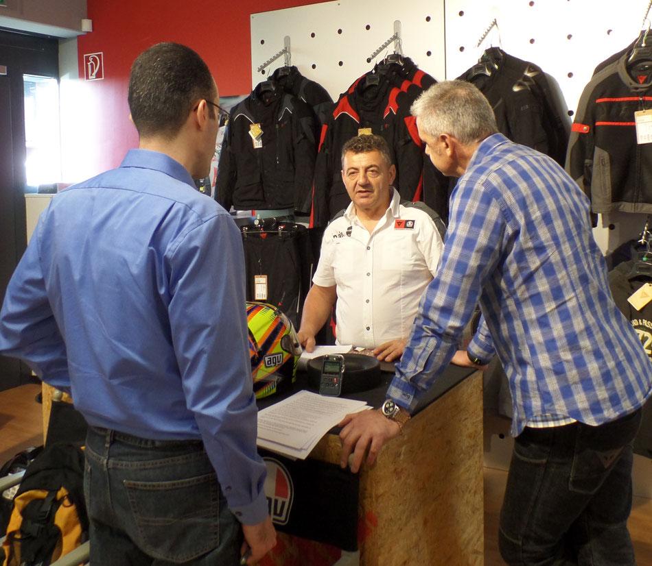 Maurizio Vitali (Mitte) von AGV erläutert die Besonderheiten der Helme.